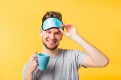 Máscara feliz del hombre del sueño sano del hábito de la forma de vida fotografía de archivo libre de regalías