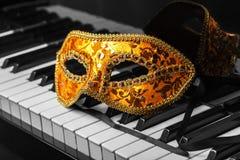 Máscara hermosa en piano, opinión del carnaval del primer foto de archivo libre de regalías
