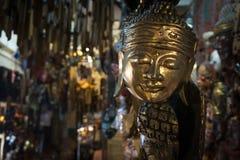A máscara humana dourada indicou em uma galeria foto de stock royalty free