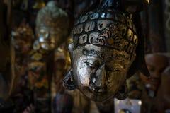 Máscara humana triste que pendura em uma galeria imagens de stock