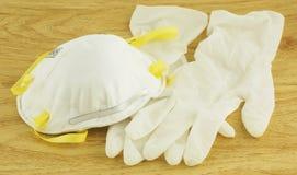 Máscara N95 y guantes blancos para la prevención de la enfermedad fotos de archivo libres de regalías