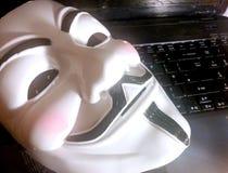 Máscara anônima no computador fotografia de stock