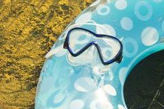 Máscara para zambullirse en el anillo inflable imagen de archivo libre de regalías