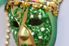 máscara pequena do carnaval do verde e do ouro imagem de stock