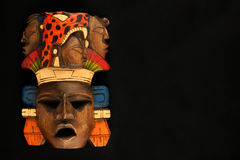 Máscara pintada tallada de madera azteca maya india aislada en negro Imagen de archivo libre de regalías