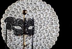 Máscara preta do disfarce do laço com fundo de prata imagem de stock royalty free