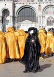 Máscara preta e trajes dourados para o carnaval em Veneza Fotos de Stock