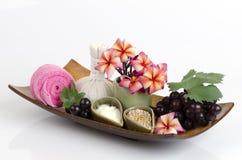 Máscara protetora com a uva, o mel e o iogurte para apertar a pele e para remover os pontos escuros na cara Foto de Stock Royalty Free