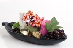 Máscara protetora com a uva, o mel e o iogurte para apertar a pele e para remover os pontos escuros na cara Fotografia de Stock Royalty Free