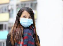 Máscara protetora vestindo da mulher Imagem de Stock Royalty Free
