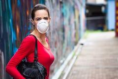 Máscara protetora vestindo da mulher infeliz foto de stock royalty free