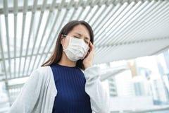 Máscara protetora vestindo da mulher na cidade fotos de stock