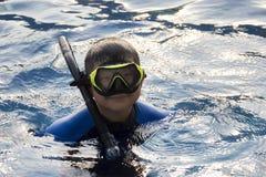 Máscara que bucea de los niños felices en vacaciones de verano del agua Fotos de archivo