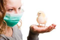 Máscara que desgasta de la muchacha con el pollo Fotografía de archivo libre de regalías