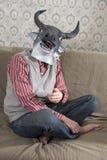 Máscara que desgasta del hombre del toro imágenes de archivo libres de regalías