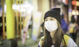 Máscara que lleva de la muchacha japonesa Fotografía de archivo