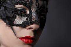 Máscara que lleva de la mujer principal roja Foto de archivo libre de regalías