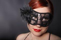 Máscara que lleva de la mujer principal roja Imagenes de archivo