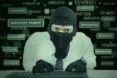 Máscara que lleva del hombre de negocios que roba la información Imagen de archivo