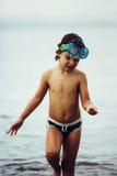 Máscara que lleva y troncos del niño lindo en el mar fotografía de archivo