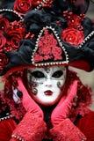 Máscara roja del carnaval con el sombrero elaborado en Venecia, Italia fotografía de archivo libre de regalías