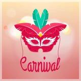Máscara roja del carnaval con las plumas rojas y verdes en la parte posterior rosa clara ilustración del vector