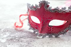 Máscara roja hermosa del carnaval para el concepto en piedra, concepto humano del fondo del día de fiesta del carnaval de la dupl imagen de archivo libre de regalías
