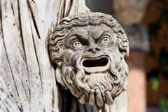 Máscara trágica a disposición de la estatua griega de Melpomene, Corfú, Grecia Imagen de archivo libre de regalías