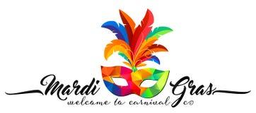 Máscara triangular del carnaval del modelo del vector con las plumas coloridas y la muestra caligráfica Mardi Gras
