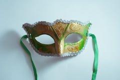 Máscara veneciana amarilla y verde en el fondo blanco Imagen de archivo