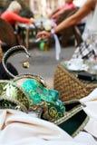 Máscara Venetian de encontro ao café da rua Imagens de Stock