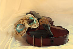 Máscara Venetian e um violino Imagens de Stock Royalty Free