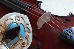 Máscara Venetian e um violino Fotografia de Stock Royalty Free