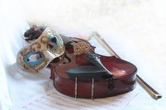 Máscara Venetian e um violino Fotos de Stock Royalty Free