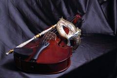 Máscara Venetian e um violino Fotografia de Stock