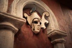 Máscara Venetian em uma parede marrom Imagem de Stock Royalty Free