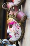 Máscara Venetian que pendura fora de uma loja Imagens de Stock Royalty Free