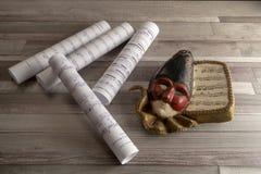 Máscara Venetian velha do carnaval com partiture musical foto de stock