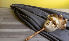Máscara venetian velha do carnaval a vestir-se acima fotos de stock