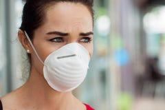 Máscara vestindo da mulher na cidade fotografia de stock