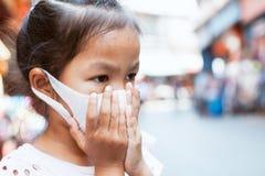 Máscara vestindo da proteção da menina asiática bonito da criança contra à poluição da poluição atmosférica do ar com PM 2 5 fotografia de stock