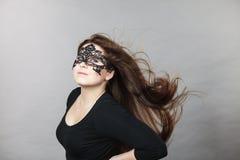 Máscara vestindo do laço da mulher misteriosa Imagens de Stock