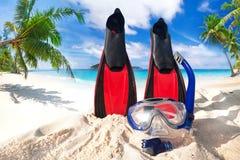 Máscara y aletas que bucean en la playa Imagen de archivo