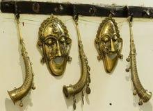 Máscara y bugle hechos del metal de cobre amarillo handcrafted fotografía de archivo
