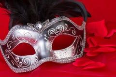 Máscara y corazones venecianos en fondo rojo Fotografía de archivo