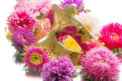 Máscara y flores de oro del carnaval Fotografía de archivo libre de regalías