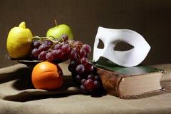 Máscara y frutas Fotos de archivo libres de regalías