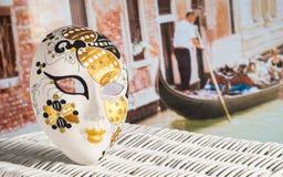 Máscara y góndola en Venecia, Italia Fotos de archivo