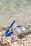 Máscara y tubo que se zambullen en la playa del verano Fotografía de archivo