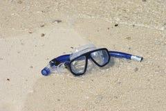 Máscara y tubo respirador en la arena Foto de archivo